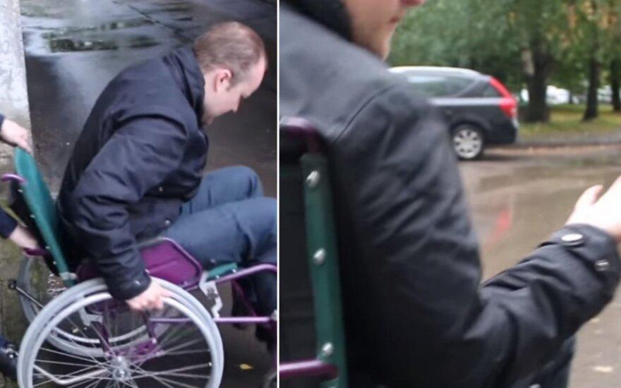 Suvirpina širdį: pamatyk, kokie sunkumai kasdien lydi važiuojančius su neįgaliųjų vežimėliu