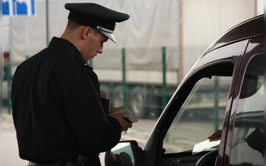 Pasieniečiams vėl įkliuvo suklastotą vairuotojo pažymėjimą pateikęs latvis