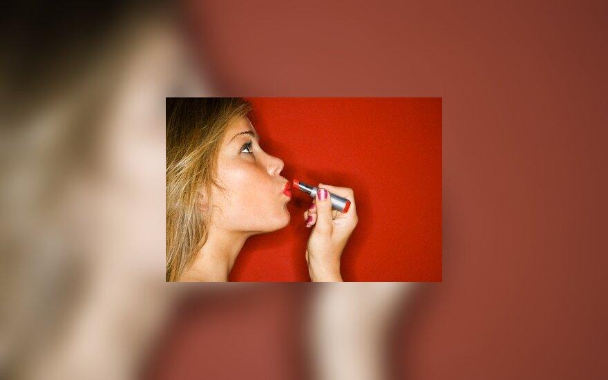Moteris dažo lūpas