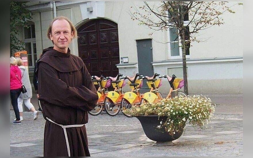 Religija kitaip: maratonus bėgantis klebonas, kuri turi specialų abitą