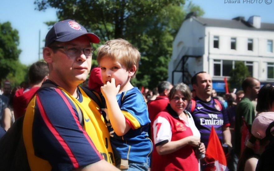 """Futbolo komandos """"Arsenal"""" sirgaliai išėjo į gatves"""