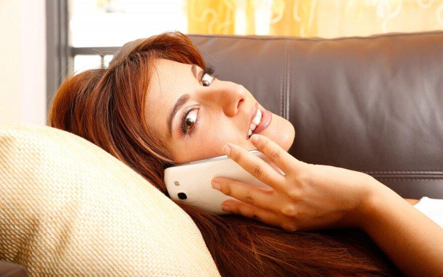 Kodėl moterys mėgsta plepėti telefonu, o vyrai – ne?
