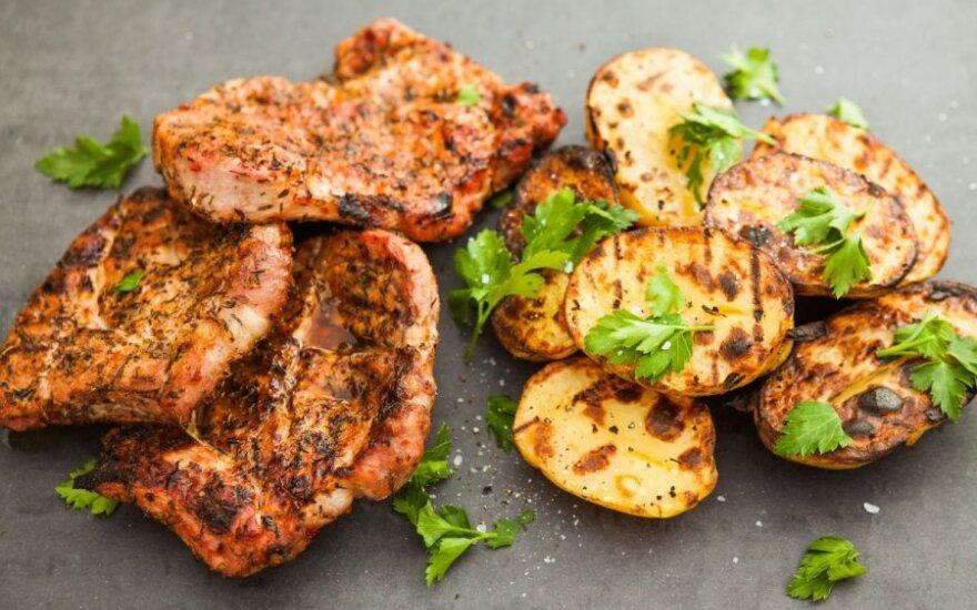 Kepsninėje kepta kiauliena su žolelėmis ir bulvėmis