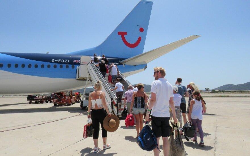 Nemenką sumą už skrydį sumokėjusi šeima lėktuve sėdėjo ant grindų