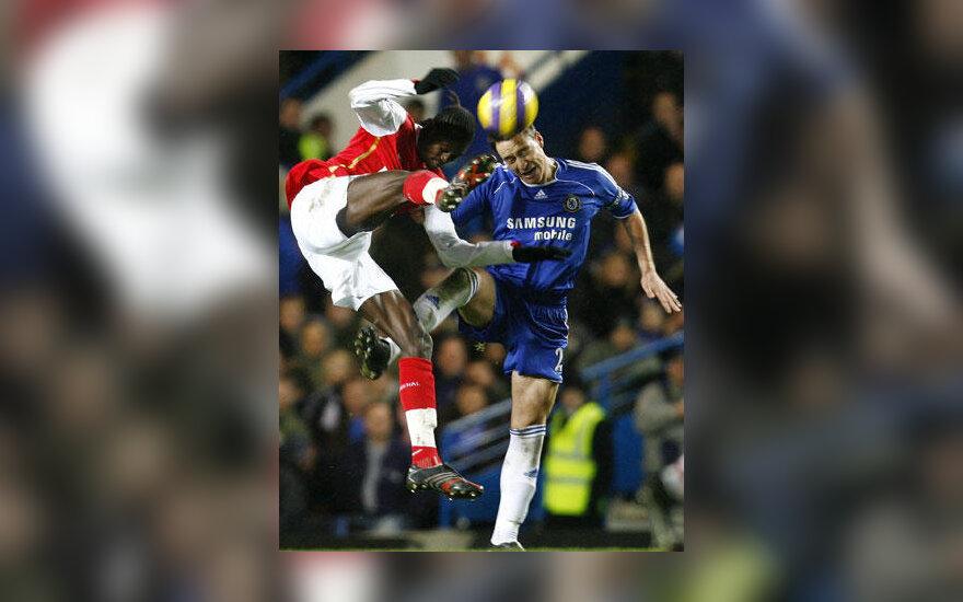 "John Terry (""Chelsea"") kovoja su Emmanuel Adebayor (""Arsenal"")"