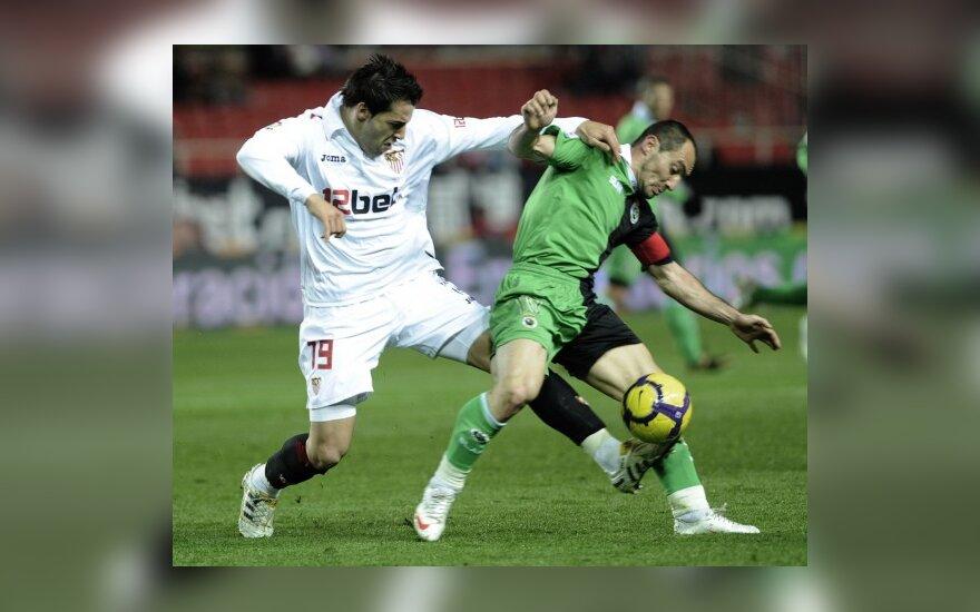 """Alvaro Negredo (""""Sevilla"""", kairėje) kovoja su Pedro Munitisu (""""Racing"""")"""