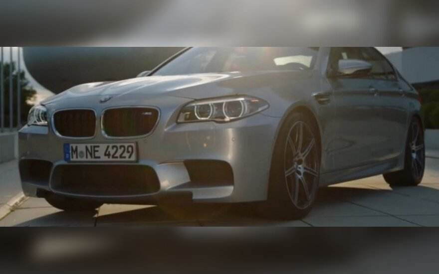 Pure metal silver spalvos BMW automobilis