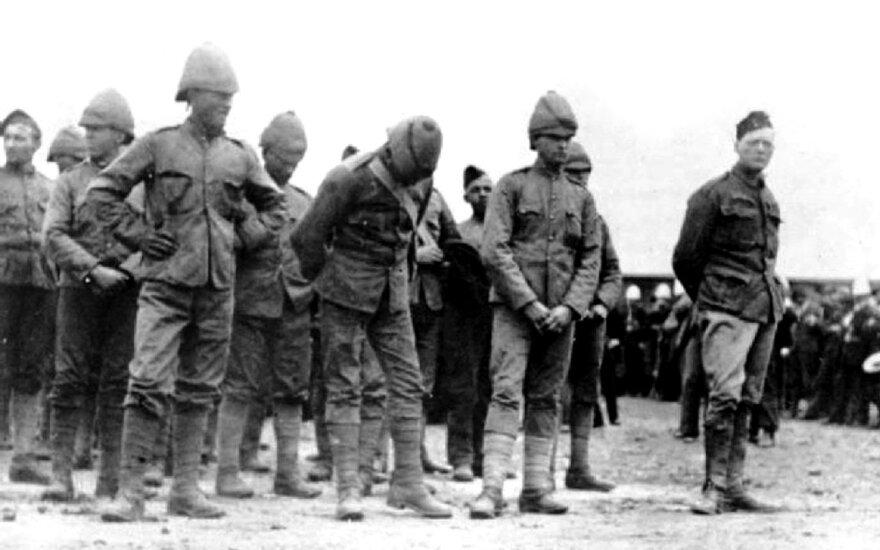 W. Churchillis (stovi dešinėje) kartu su kitais į nelaisvę pakliuvusiais britų kariais