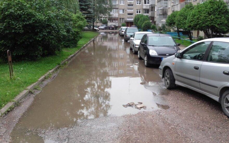 Kauno gatvė penktadienį priminė upelį