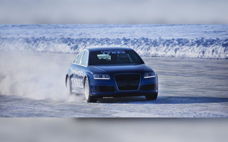 """""""Audi RS6"""" pagerino """"Bentley"""" pasiektą važiavimo ledu greičio rekordą"""