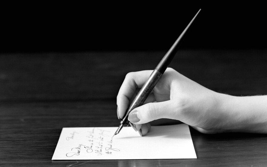 """Parodoje """"Keliaujančios raidės"""" – 10 šalių menininkų požiūris į rašto meną"""