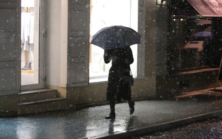 Naktį daug kur eismo sąlygas sunkins lietus arba šlapdriba