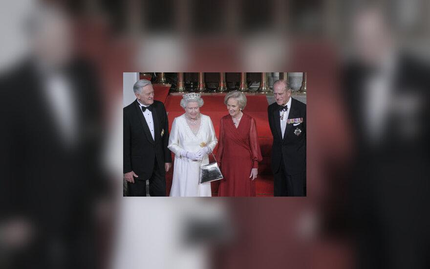 Prezidentas V. Adamkus, Elžbieta II, Alma Adamkienė ir princas Philipas priėmime Prezidentūroje