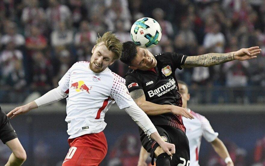 "Emilis Forsbergas (""RB Leipzig"") ir Charlesas Aranguizas (""Bayer"")"