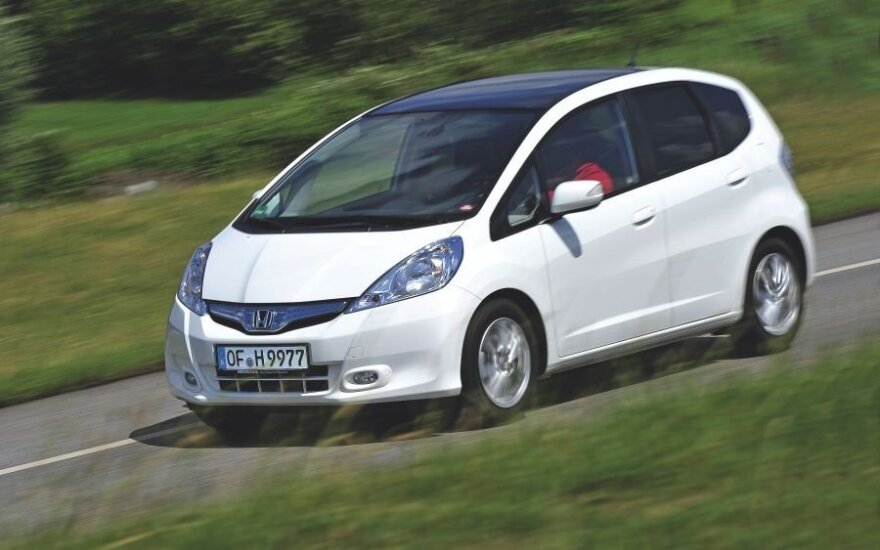"""Mažojo """"Honda"""" erdvumo pojūtį didina nemaži langai ir ilgas, gerokai nuožulnus priekinis stiklas."""