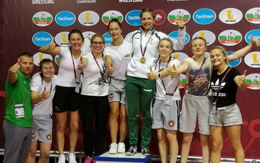 Kamilė Gaučaitė (ketvirta iš dešinės) ir Lietuvos imtynininkių komanda