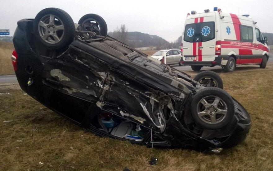 Į avariją patekę automobiliai pagalbos šauksis patys
