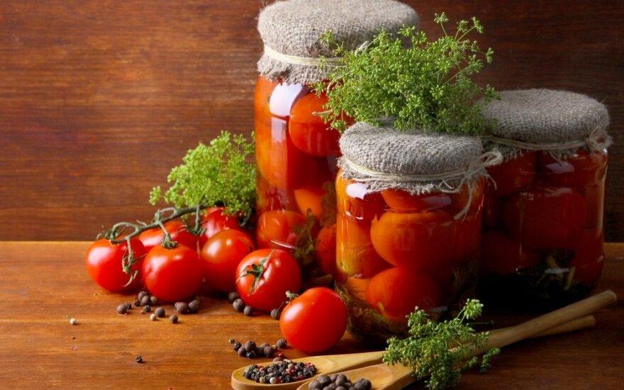 Konservuoti pomidorai su žaliomis vynuogėmis