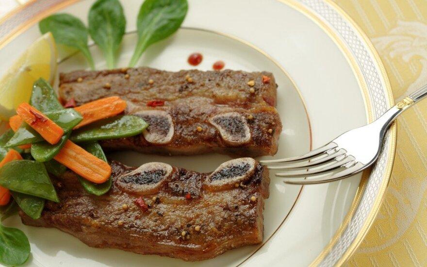 Dietologės patarimai, kaip sveikai iškepti mėsą ant grotelių