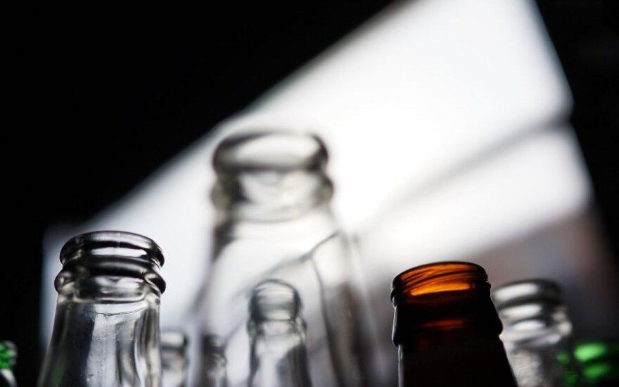 Alkoholikams už surinktas šiukšles mokama alumi