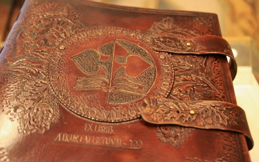 """Konkurso """"Ex libris. Atkurtai Lietuvai – 100"""" paroda-knyga. Knygos autorė Leonora Kuisienė."""