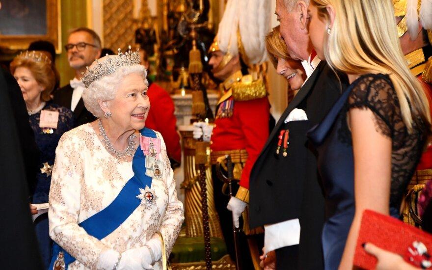 Karalienė Elžbieta II  Bakingemo rūmuose