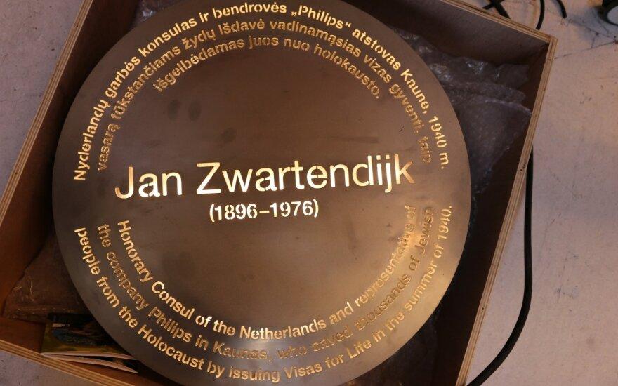 Instillation stone commemorating Dutch diplomat J. Zwartendijk @ Ruslanas Iržikevičius (19)