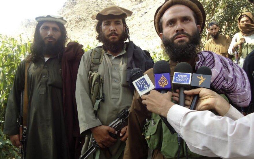 Vienas Talibano lyderių Dadullah (dešinėje)
