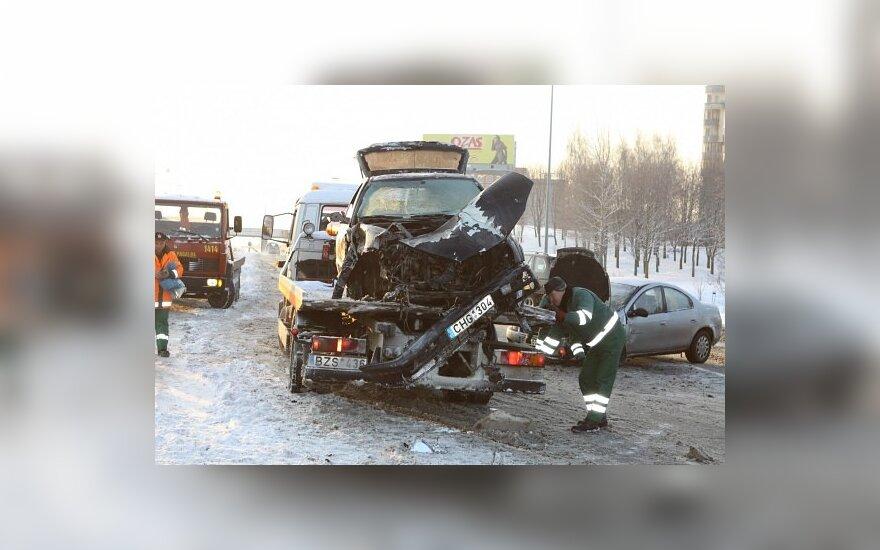 """Sudaužyto ir užsidegusio """"VW Golf"""" nepilnametis vairuotojas apsivėmė policijos automobilyje"""