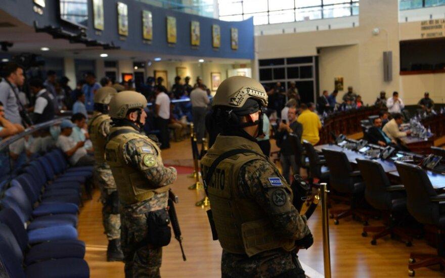 Salvadore į parlamento rūmus pasiųsta kariuomenė