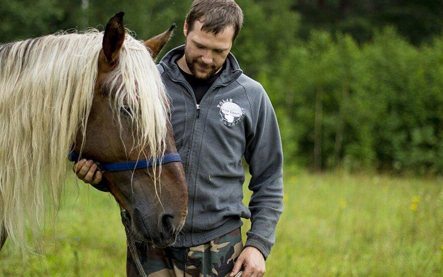 Pasmerktu mirčiai žirgu pasirūpinę draugai prisipažįsta – buvo visko