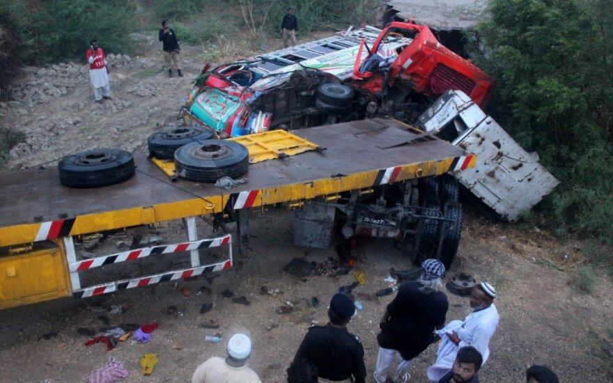 Pakistane sunkvežimiui įsirėžus į vestuvininkų autobusą žuvo 15 žmonių