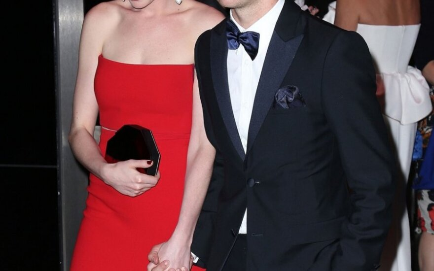 Anne Hathaway ir jos vyras Adamas Schulmanas