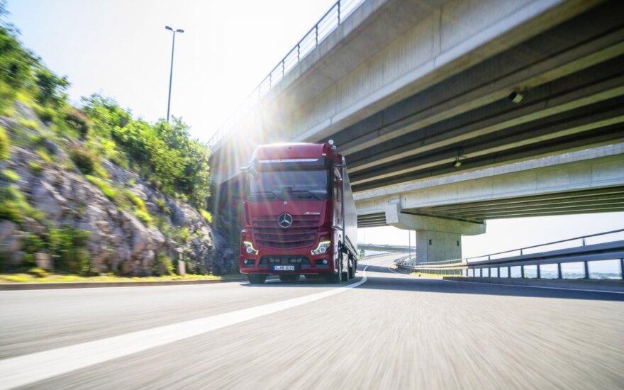 Paaiškino, kaip degalus gali taupyti keliasdešimties tonų krovinius vežantys vilkikai