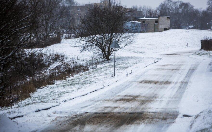 Lenktynininkas patarė, kaip saugiai vairuoti iškritus sniegui