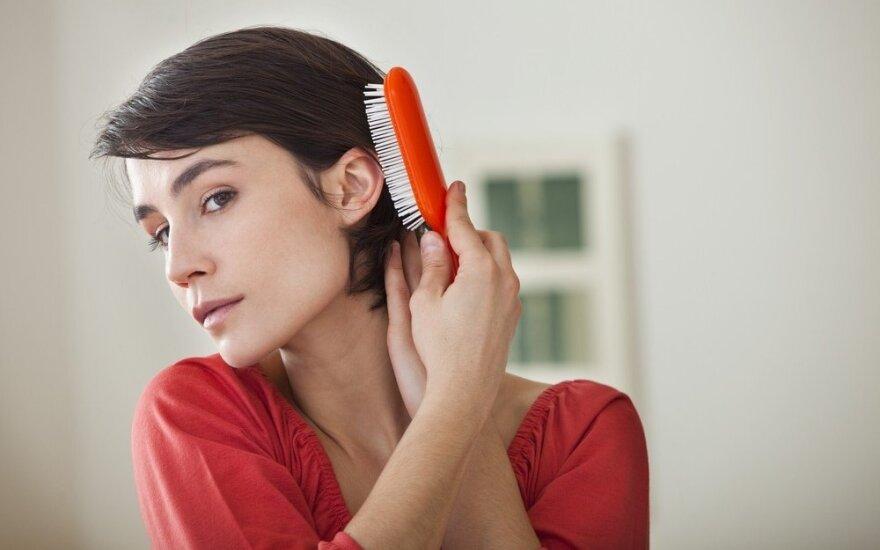 Patarimai, kaip atgaivinti po vasaros nušiurusius plaukus