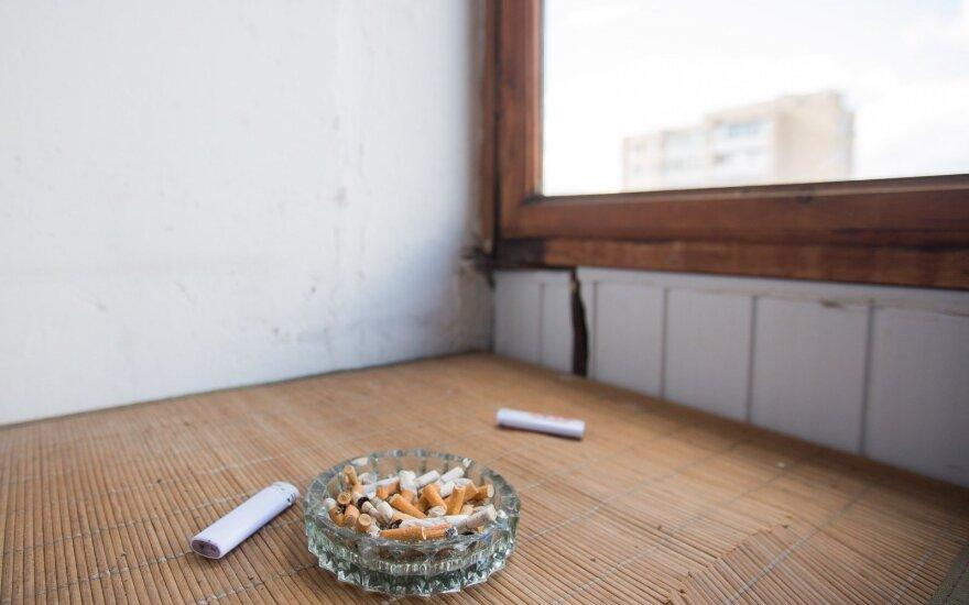 Vyriausybė spręs dėl draudimo rūkyti namų balkonuose ir terasose