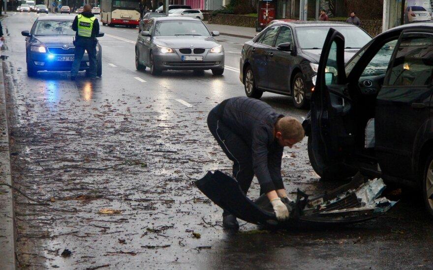 Vilniuje taksi automobilis po susidūrimo rėžėsi dar ir į medį: prireikė medikų pagalbos