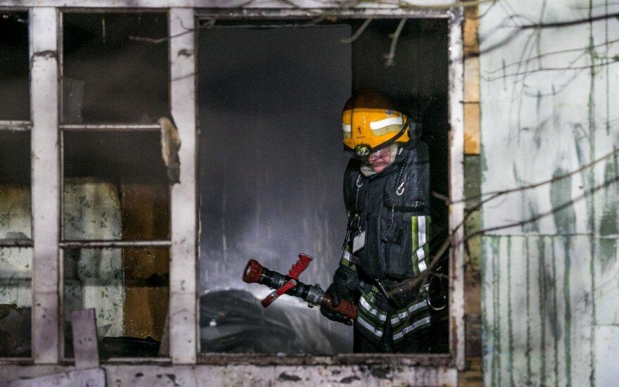 Iš degančio namo ugniagesiai išvedė 5 žmones, iš kurių 3 – vaikai
