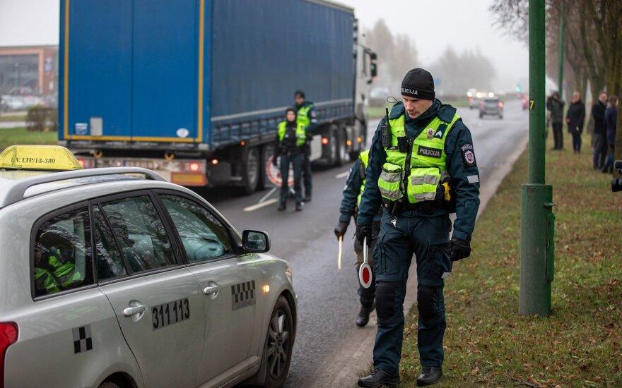 Klaipėdoje policijos pareigūnai tikrino automobilių padangas