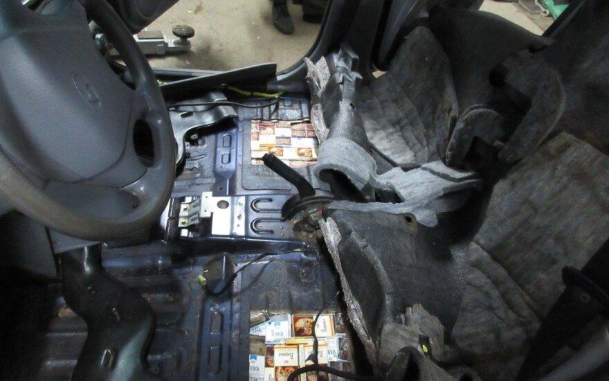 Kontrabandinius rūkalus Vilniaus rajono gyventoja slėpė automobilio dugne