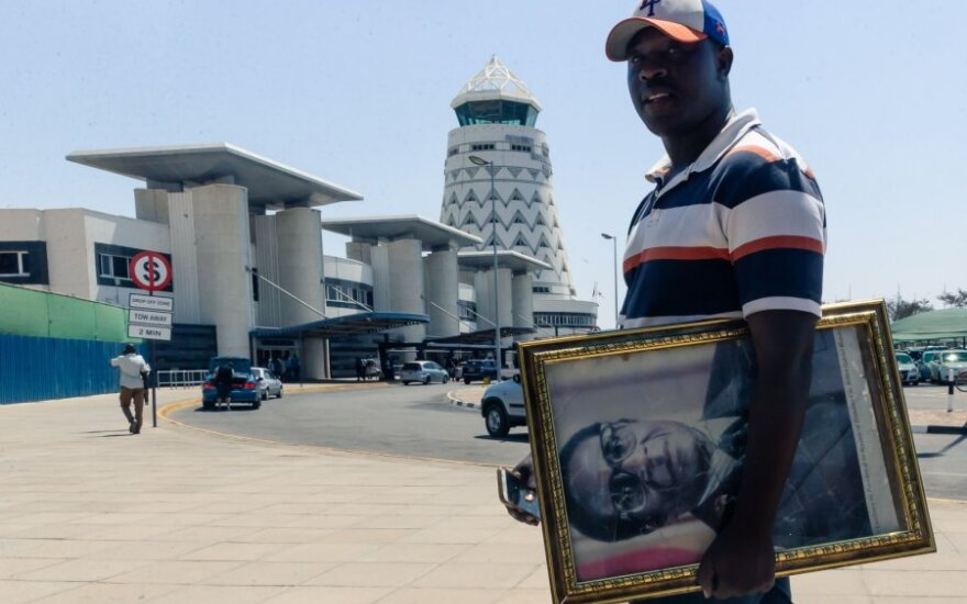 Lėktuvas su Mugabe palaikais nusileido Zimbabvėje