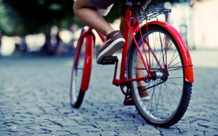 Dešimtmetis dviratininkas trenkėsi į važiuojantį automobilį