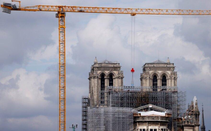 Paryžiuje darbininkai pradeda šalinti gaisro apgadintus pastolius Dievo Motinos katedroje