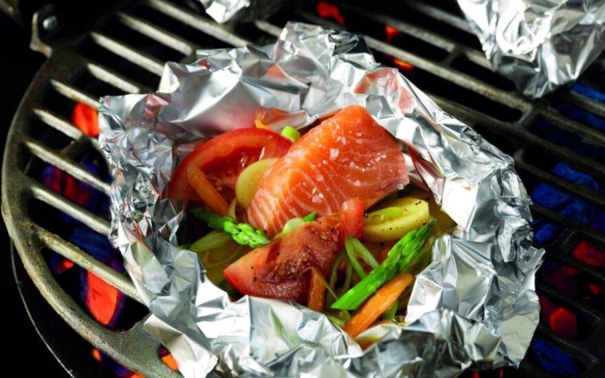 Folijoje kepta žuvis su daržovėmis
