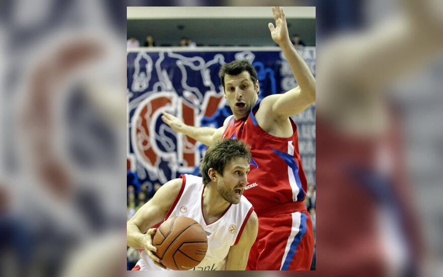 """Arvydas Macijauskas (""""Olympiacos"""") veržiasi pro Theodorą Papalouką (CSKA)"""