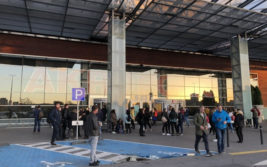 """Vilniuje gaisras kilo """"Akropolyje"""", dėl apsileidusios kavinės evakuoti žmonės"""