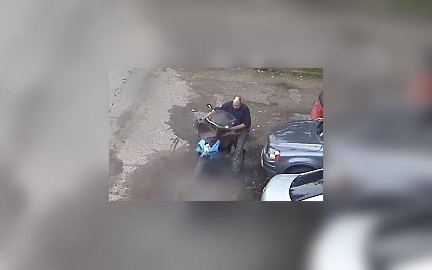 Lentvaryje pavogtas motoroleris, policija prašo atpažinti įtariamąjį