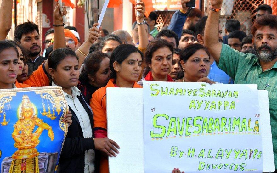 Protestuotojai prie Sabarimalos šventyklos po to, kai į vidų pateko moterys