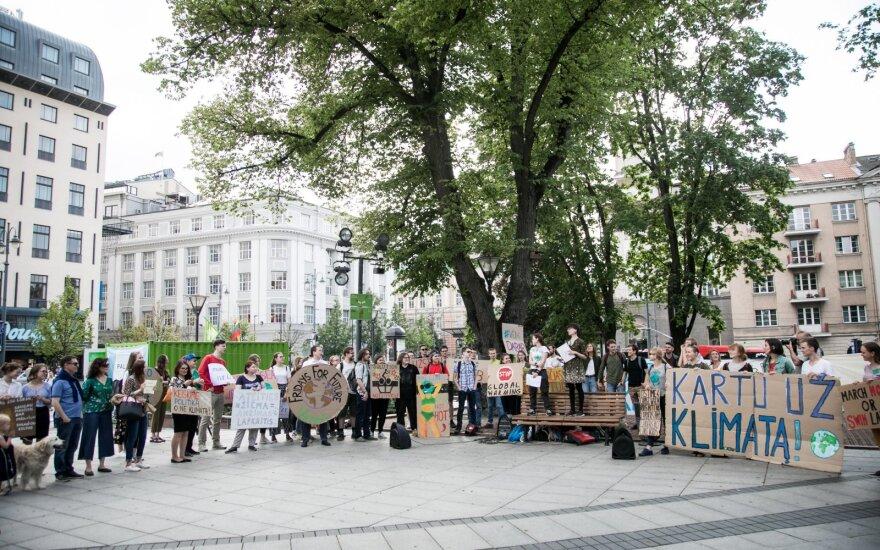 Protestuotojai visame pasaulyje siekia atkreipti dėmesį į klimato kaitą